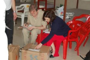 Michael und Reinhild sortieren Medikamente