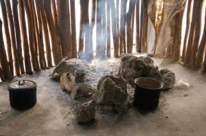 Feuerstelle in einer Maya-Hütte