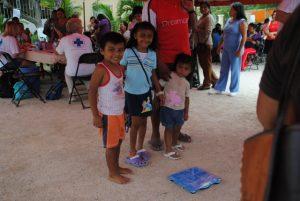 Die Kinder freuen sich: Gewogen zu werden ist eine spannende Sache.