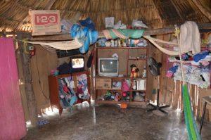 In einem solchen Raum leben oft Familien mit mehreren Kindern. In den Mayahütten stößt die Tradition auf die Moderne. Neben Hängematten sieht man Fernsehgeräte.