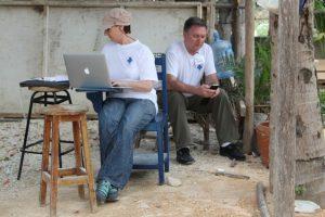 Arbeitsbedingungen: kein Tisch, aber wenigstens ein Stuhl