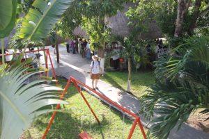 Palmen und Obstbäume sind im Park des Hotels. Vor allem aber gibt es auf dem weitläufigen Grundstück genug Platz für die Ärzte und ihre Behandlungstische.