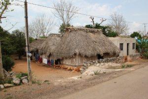 Sacalaca. Die meisten Menschen leben hier in traditionellen Mayahütten. Einige haben neue Häuser. Diese sehen zwar modern aus, passen aber nicht so gut zu den klimatischen Verhältnissen: Im Inneren staut sich die Hitze.