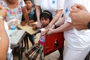 Dieses Mädchen hat sich am Finger verletzt und einen Verband bekommen.