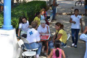 In Kantunilkin, zwei Stunden von Playa del Carmen entfernt, arbeiteten wir in einer Grundschule. Es gab nicht genug Räume für die Ärzte, also haben einige ihren Arbeitsplatz nach draußen verlagert.