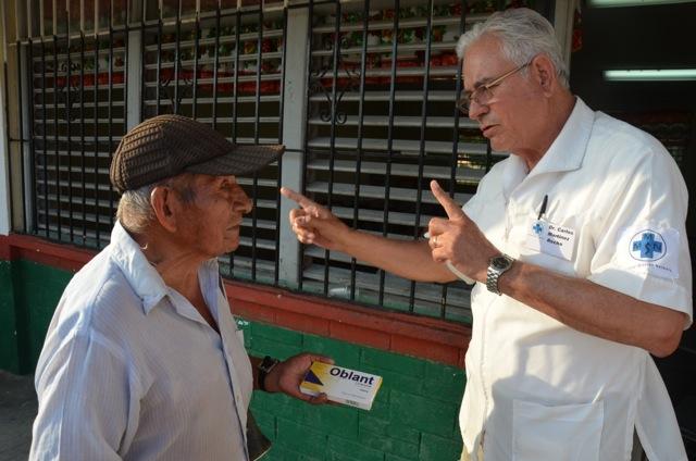 Auch Dr. Carlos Martinez Rocha kommt immer wieder nach Quintana Roo zurück. Der Allgemeinmediziner lebt in Sonora, im Norden Mexikos. Seinen notleidenden Landlseuten im Süden zu helfen, ist ihm ein Herzensanliegen.
