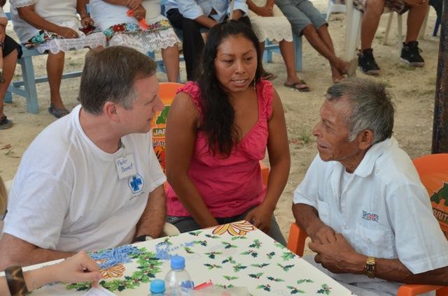 Pater Bennet, der Gründer von Medical Mission Network, hilft bei den Einsätzen auch oft als Übersetzer aus, denn er spricht fließend Spanisch und Deutsch.