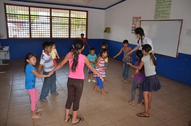 Damit die Kinder sich in der Wartezeit nicht langweilten, haben wir ein Kinderprogramm organisiert. Dafür verantwortlich waren vor allem Linda ...