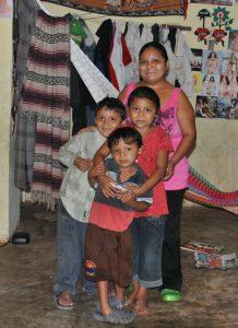 Maria Victoria mit dreien ihrer Kinder