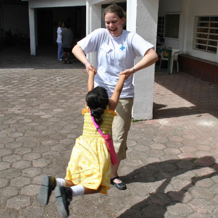 Zwischendurch spiele ich immer mit den Kindern. Manchmal habe ich ein schlechtes Gewissen, weil Spielen keine Arbeit ist. Die anderen Teilnehmer sagen zwar, daß wir jemanden brauchen, der die Kinder in der Wartezeit beschäftigt. Auch das ist eine wichtige Aufgabe ist. Aber die Kinder freuen sich, wenn ihnen jemand Zuwendung gibt und sich um sie kümmert. Es geht nicht nur darum, den Körper zu heilen und den Leuten Medizin zu bringen. Ich möchte den Kindern einen schönen Tag bereiten. Vielleicht erinnern sie sich später daran – das hoffe ich.