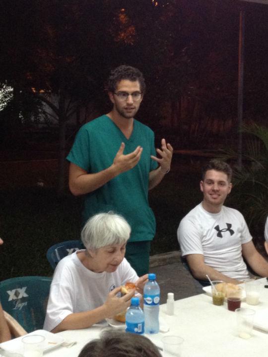 Federico, ein junger mexikanischer Arzt, begleitet diese Woche unser Team. Er wird in den folgenden Monaten gemeinsam mit einer Kollegin unsere Patienten in dieser Region weiter betreuen. Beim Abendessen gestern, in Cozumel, bat er um das Wort, weil er dem Team danken wollte. Es beeindruckt ihn sehr, daß Ärzte und Helfer aus sieben verschiedenen Nationen in sein Land kommen, um dort den bedürftigen zu helfen. Seine Worte haben alle sehr berührt, und wir möchten ihm ebenfalls danken: weil er mit so viel Geduld und Hingabe für die Patienten da ist und für sie sorgen wird, wenn wir das Land verlassen haben.
