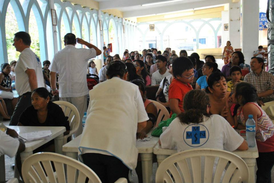 Cancun. Schon am frühen Morgen warteten an der Triage viele Menschen. Wir wollten sie nicht zu lange warten lassen und arbeiteten hochkonzentriert. Doch am wichtigsten war es, trotz der Hektik jedem ein Laecheln zu schenken.
