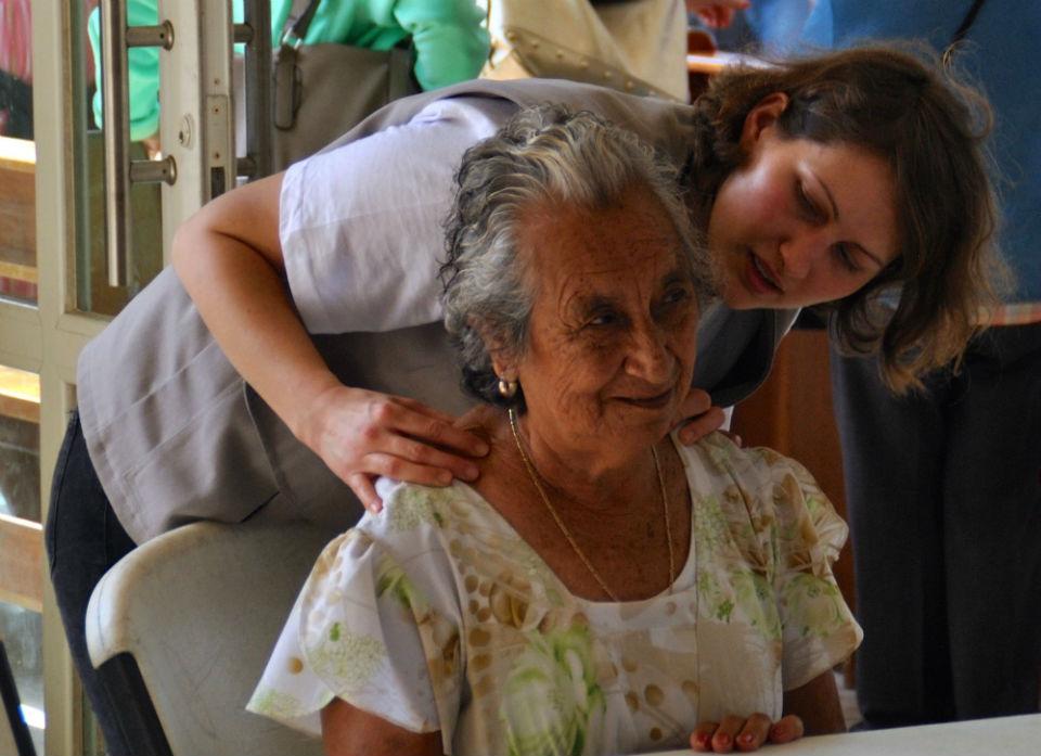 Playa del Carmen. Fuer Dr. Alina Bachman aus Wien war es der erste Einsatz. Obwohl die Arbeitstage lang waren, nahm sie sich für jeden Patienten genug Zeit. Das ist sehr wichtig für die Patienten hier. Denn eine ausführliche Beratung können sie im staatlichen Gesundheitssystem meist ebenso wenig bekommen wie die Untersuchungen und Medikamente, die sie brauchen.