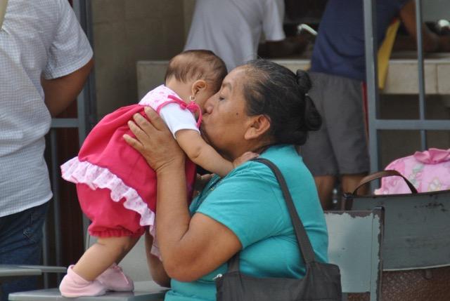 Die Kinder werden oft von ihren Großeltern betreut. Manchmal suchen sich beide Elternteile Arbeit in den Touristenzentren Cancún oder Playa del Carmen. Sie sind dann oft gezwungen, ihre Kinder zurückzulassen.