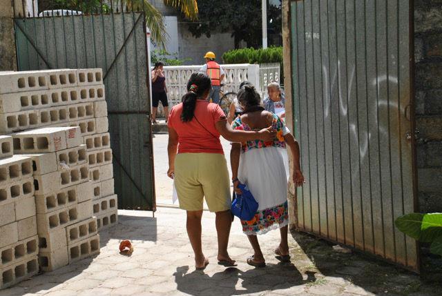 Wenn sie allerdings in die Stadt ziehen, verzichten sie meistens auf ihre traditionelle Kleidung und kleiden sich in Jeans und T-Shirt. Die eigene Herkunftdurch die Kleidung zu signalisieren, könnte ihnen auf dem Arbeitsmarkt sogar Nachteile einbringen: Denn die indigene Bevölkerung hat in der mexikanischen Gesellschaft noch immer unter Diskriminierung zu leiden. Eine Ausnahme bildet allerdings das Geschäft mit dem Tourismus: Die Maya und ihre Kultur gelten dort als besonderer Anziehungspunkt, die traditionelle Kleidung zu tragen gehört etwa für indigene Souvenirverkäuferinnen zum Geschäft dazu. Nicht zuletzt ist Mayakleidung aus eigener Produktion bei Touristen als Mitbringsel beliebt.