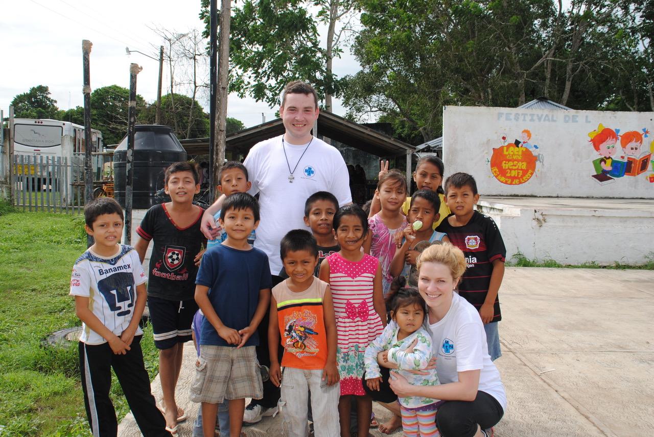 Avila, ein kleines Dorf im Süden von Quintana Roo. Das Team ist etwas erschöpft, die letzten Tage waren sehr anstrengend. Doch die Kinder können uns mit ihrer Neugier und Freude immer wieder über die Erschöpfung hinweghelfen.
