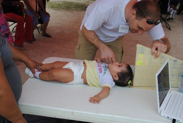 Stehen kann die Kleine noch nicht, gemessen wird sie trotzdem.