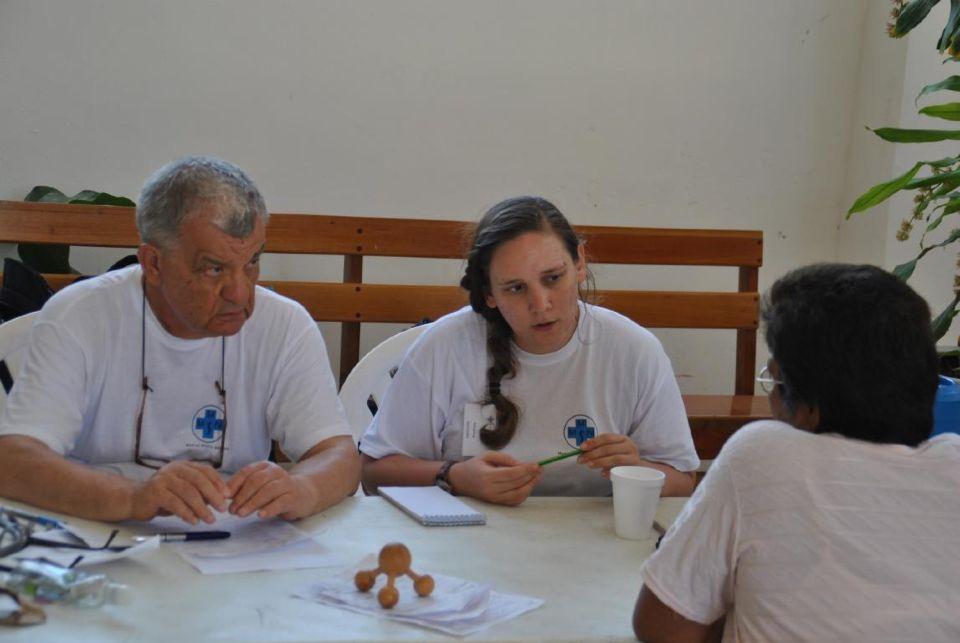 Dr. Gerhard Klein und Johanna Gonzalez im Gespräch mit einem Patienten