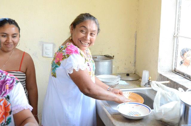 Der Bruch zwischen Tradition und Moderne wird in den Mayadörfern immer wieder sichtbar. An den Ernährungsgewohnheiten lässt er sich gut studieren. Denn diese haben sich in Mexiko in den vergangenen Jahrzehnten grundlegend geändert. Dieser Wandel ist auch bei den Maya angekommen. Der Einfluss der traditionellen Küche geht zurück. Es wird weniger Obst und Gemüse gegessen. Dagegen steigt der Konsum von Cola, Limonaden und Süßigkeiten.