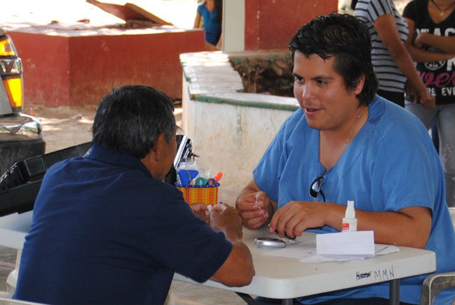 Dr. Juan Pablo Agular Mendoza im Gespräch mit einem Patienten