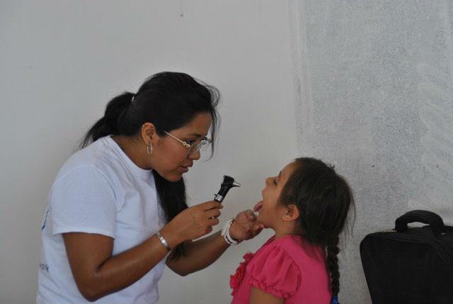 Dr. Eunice Vega Lopez arbeitet mit zwei weiteren mexikanischen Kollegen ein Jahr lang für Fundespen, unserem Kooperationspartner im Norden Quintana Roos. P. Higinio Izquierdo, der Leiter von Fundespen, war damit einverstanden, dass die drei jungen Ärzte uns nach Bacalar begleiten.