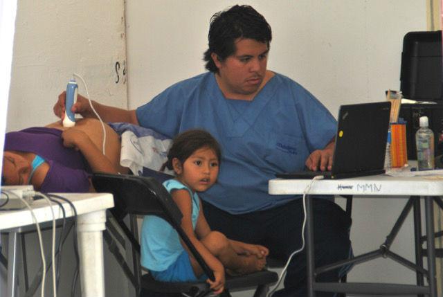 Dr. Juan Pablo Aguilar Mendoza untersuchte viele schwangere Frauen per Ultraschall. Eine besonders schöne Überraschung erlebte er, als er bei einer Frau eine Schwangerschaft im 5. Monat feststellen konnte. Sie hatte es nicht gewusst und freute sich sehr. Denn sie hatte gedacht, dass sie keine Kinder bekommen kann.