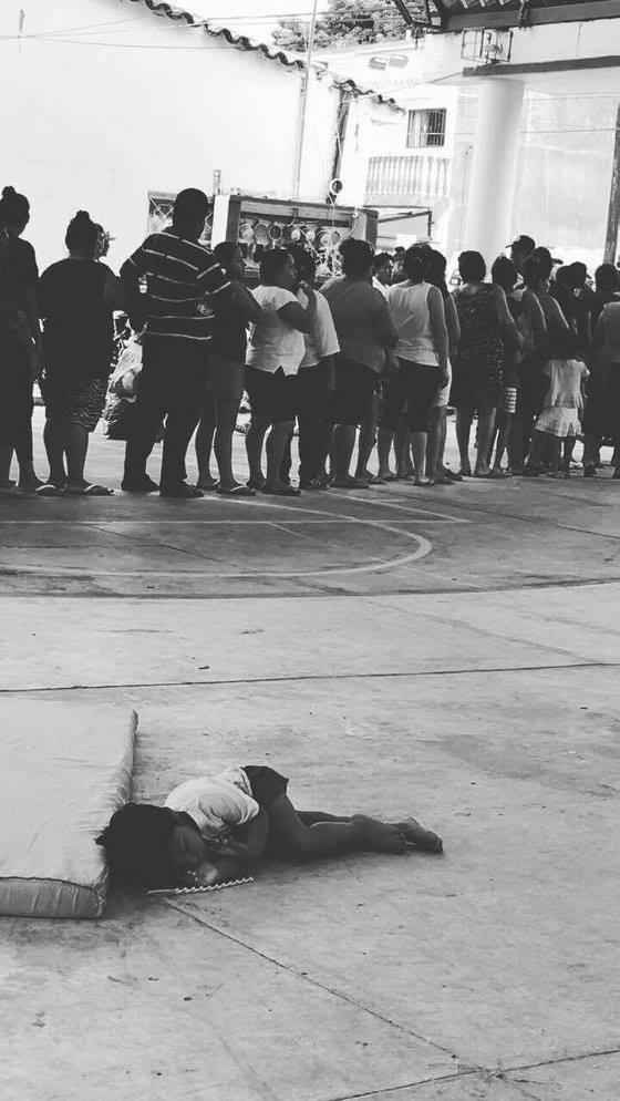 In den Dörfern in Oxáca warten viele Menschen darauf, dass sie Hilfe bekommen. Die meisten sind übermüdet, wie dieses Kind, das auf dem Boden schläft. Ein eigenes Bett hat es nicht mehr, denn seine Familie hat bei dem Erdbeben ihr Haus verloren.